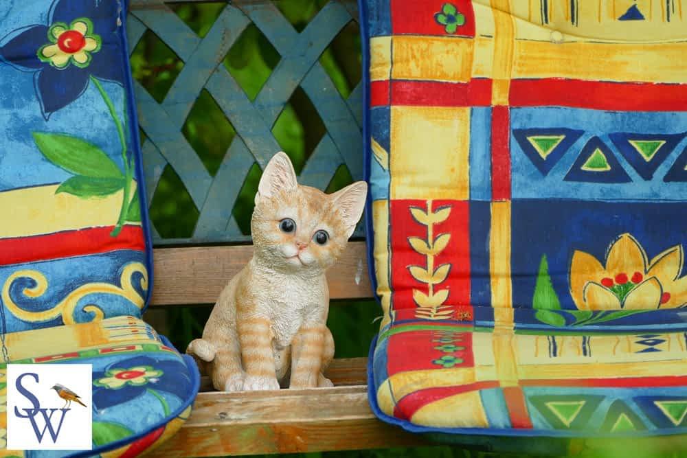 Kleine Katze als Deko auf unserer Gartenbank - Foto von Sylvia Wentzlau