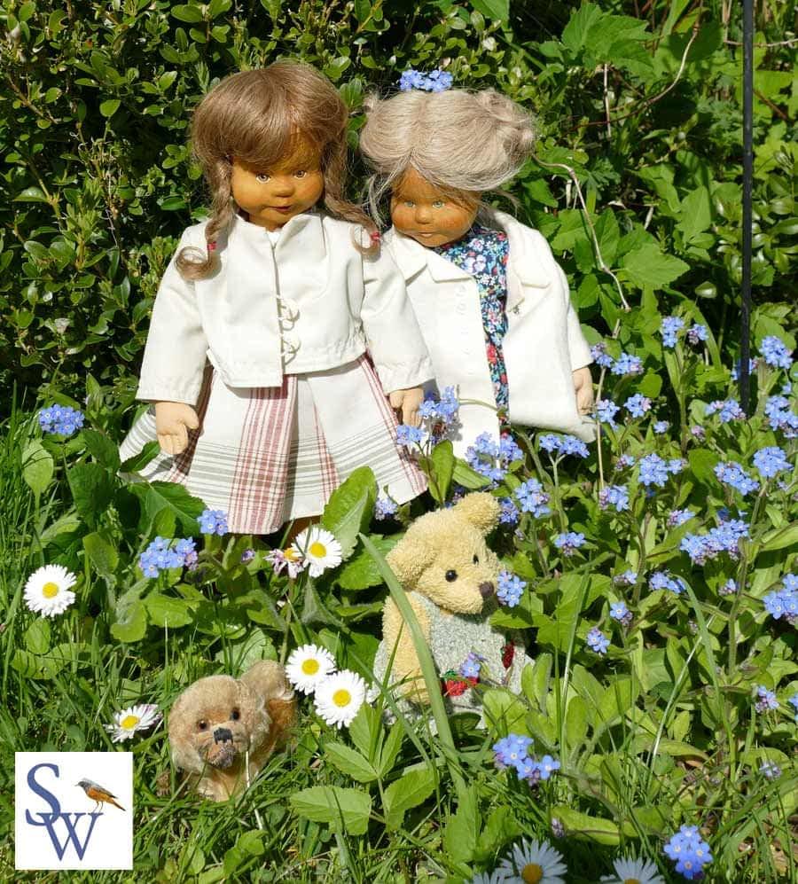 Zwei Krahmer Puppen in unserem Garten